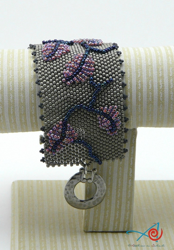 Bracelet rebrodé sur support (Copier)