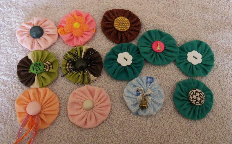 tutos fleur au tricot et yoyo en tissu le paradis de vivine. Black Bedroom Furniture Sets. Home Design Ideas