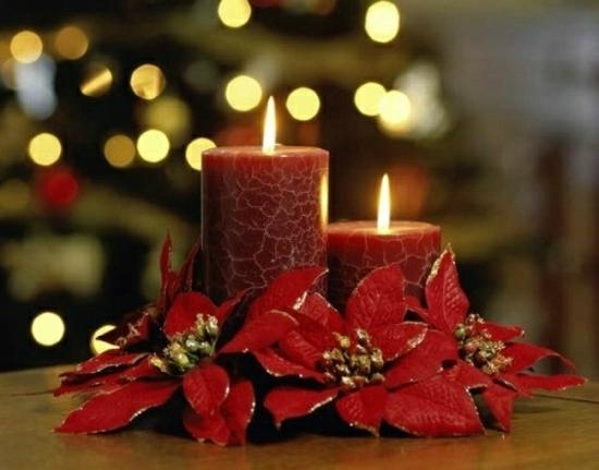 idée-déco-Noël-bougies-rouges-fleurs-rouges-étoiles-Noel