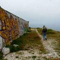 Roger cherche un passage pour entrer dans le fort.