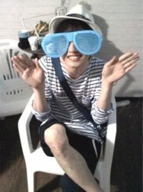 Eunhyuk lunettes énormes bleues