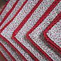 Set de 6 serviettes de table en coton écru parsemé d'un semis de fleurettes rouge et bordées de dentelle de coton rouge (1)