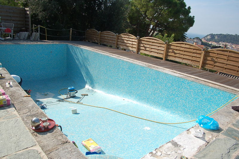 R novation piscine en polyester sur carrelage maux for Peinture piscine beton
