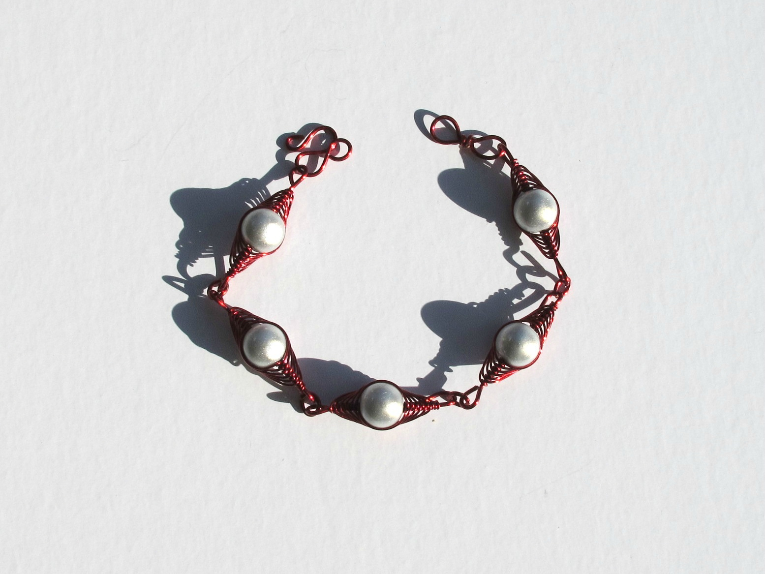 bracelet wire rouge perles blanches ouvert
