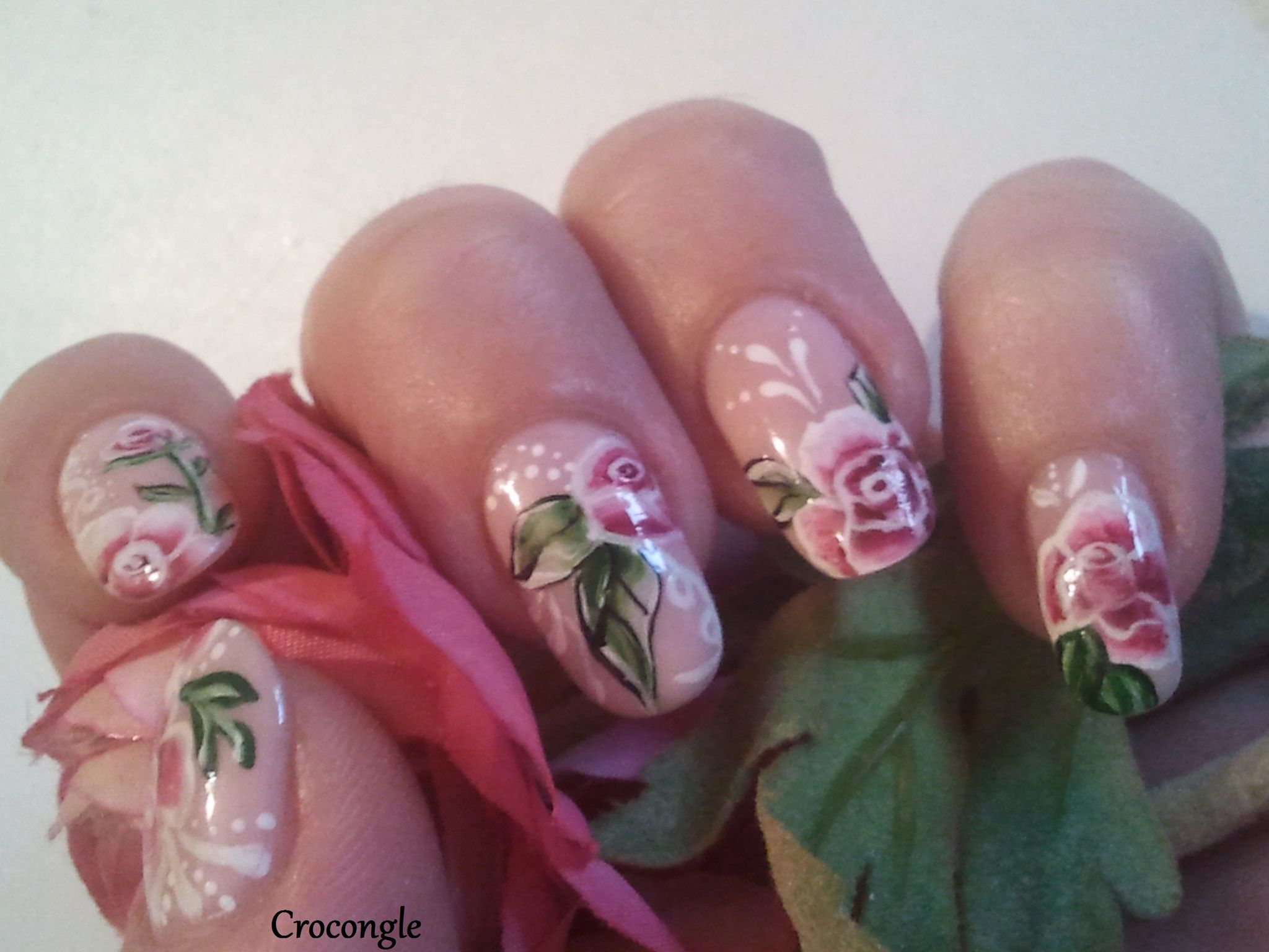 Nail art Jolies roses romantiques vernis China Glaze Innocence Crocongle