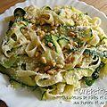 Tagliatelles de pâtes et de courgettes aux pignons et au parmesan