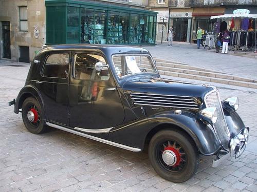 800px-Renault_Celtaquatre_ADC_1,_1936,_at_Car_Show,_place_du_Civoire,_Brive_la_Gaillarde,_France