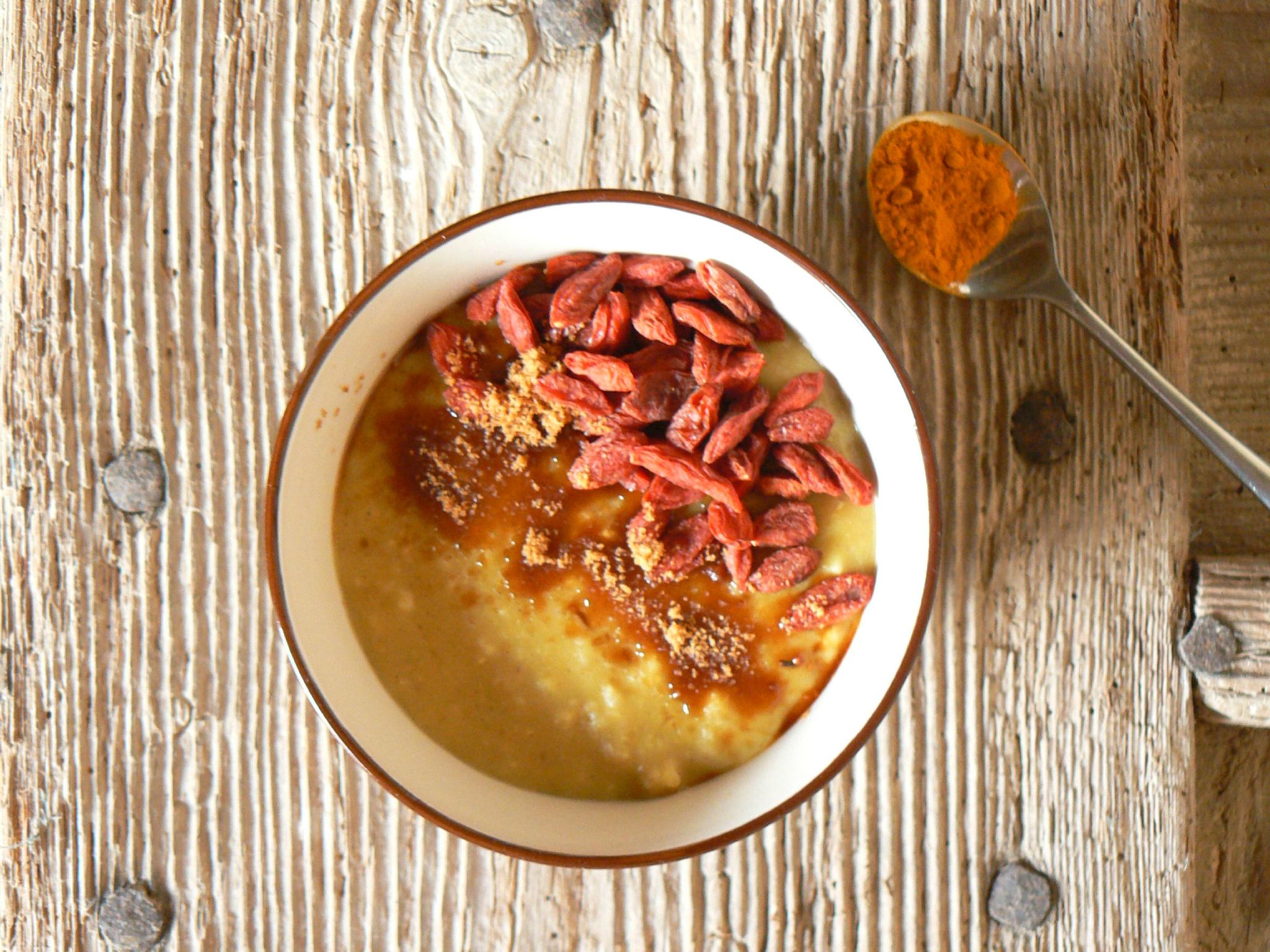 Petit-déjeuner protéiné au curcuma et baies de Goji