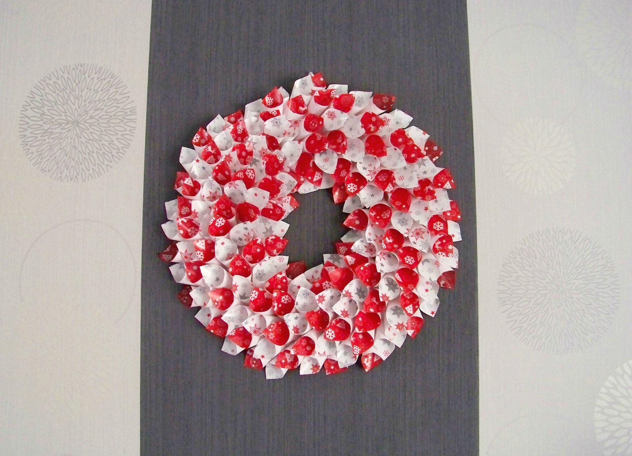 Couronne de no l rouge et blanche avec motifs rennes for Coeur couronne et miroir apollinaire