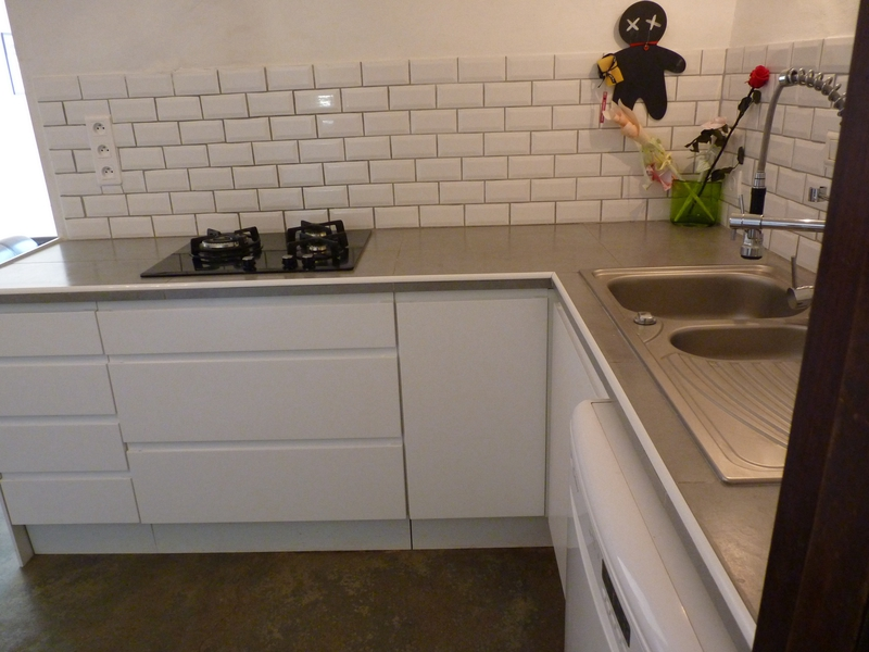 Meubles de cuisine mont s puis pos s avec plan de travail for Meuble et plan de travail