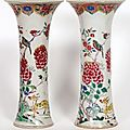 Paire de vases cornets en porcelaine de la Famille Rose. Chine, XIXme sicle