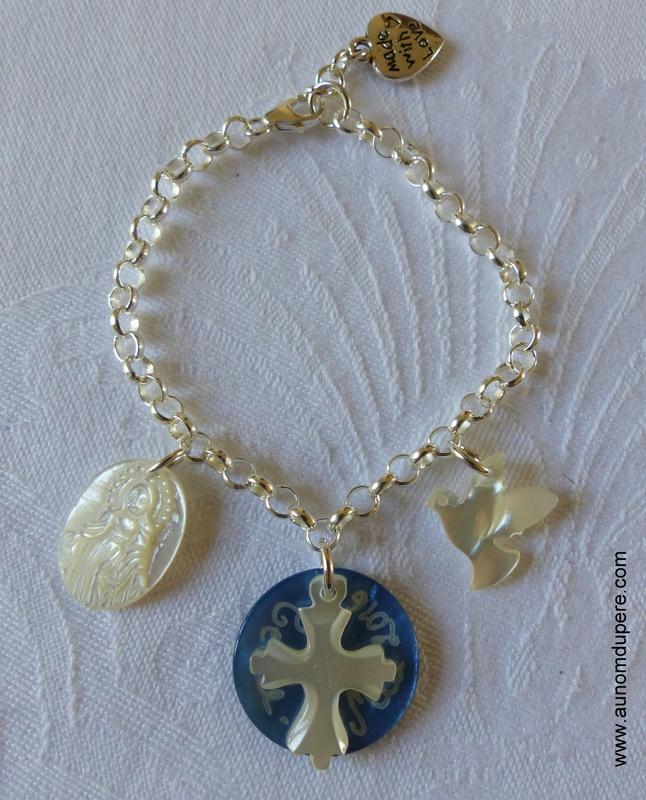 Bracelet sur chaîne argent massif médaille miraculeuse en nacre, médaille en nacre gravée surmontée d'une Croix en nacre de Jérusalem et colombe en nacre