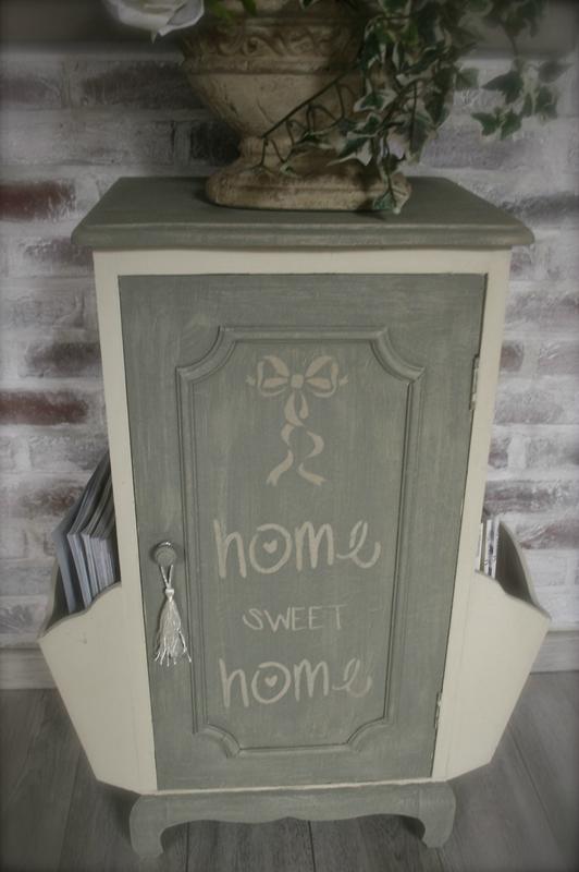 Belle allure de charme pour ce petit meuble porte revues for Meuble wc porte revues