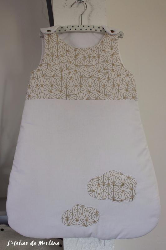 gigoteuse bébé doré géométrique et blanc
