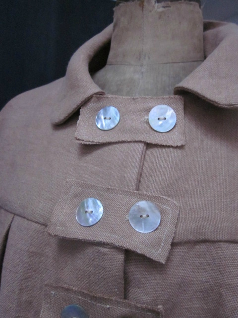 Manteau AGLAE en lin épais mais très souple tabac femé par 3 pattes de boutonnage et quelques boutons de nacre (5)