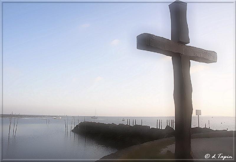 croix sur le port ostreicole d'Arès