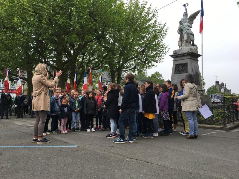 72ème anniversaire victoire capitulation 8 mai 1945 Avranches écoliers scolaire Marseillaise
