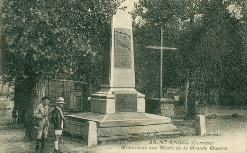 CPA Saint-Angel Monument aux morts