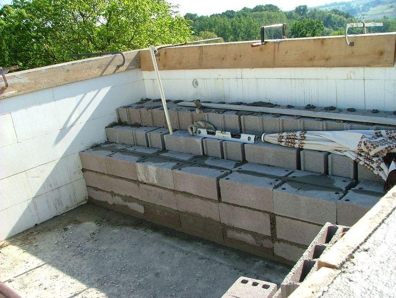 Montage de l escalier de la piscine maison en bois for Piscine en parpaing