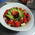 Salade salée-sucrée avocat, mozzarella, noix caramélisées et fraises au vinaigre balsamique