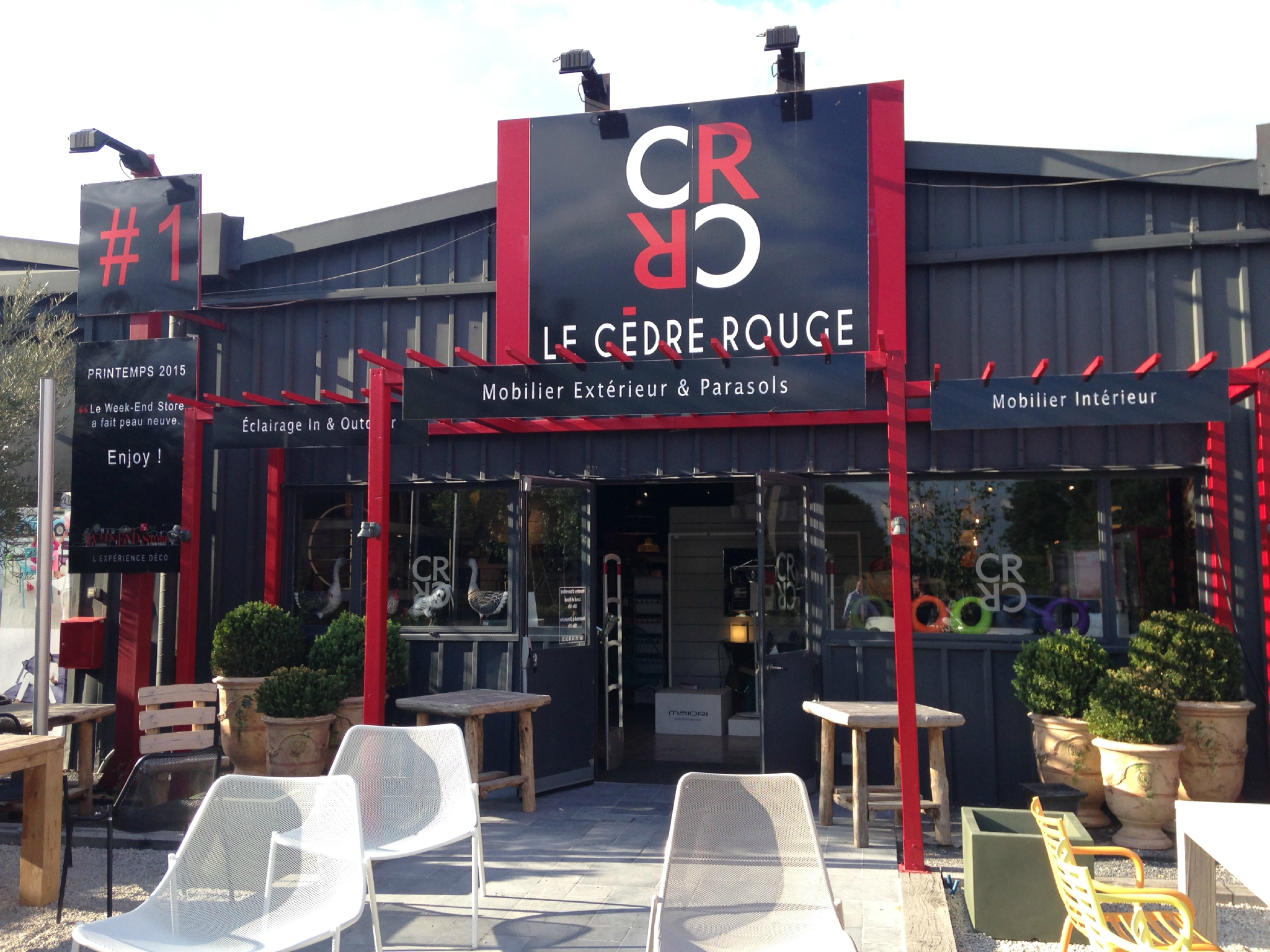 visite au showroom le c dre rouge une boutique. Black Bedroom Furniture Sets. Home Design Ideas