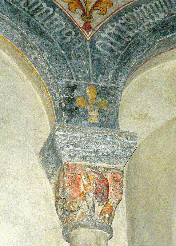 chapiteau à fleur de lys dans le choeur de l'église d'Yronde