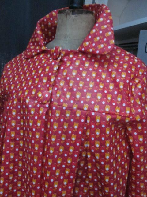 Ciré AGLAE en coton enduit rouge imprimé tulipe orange et blanches fermé par 2 pressions dissimulés sous 2 boutons recouverts (8)