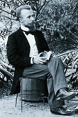 Louis Aguettant assis