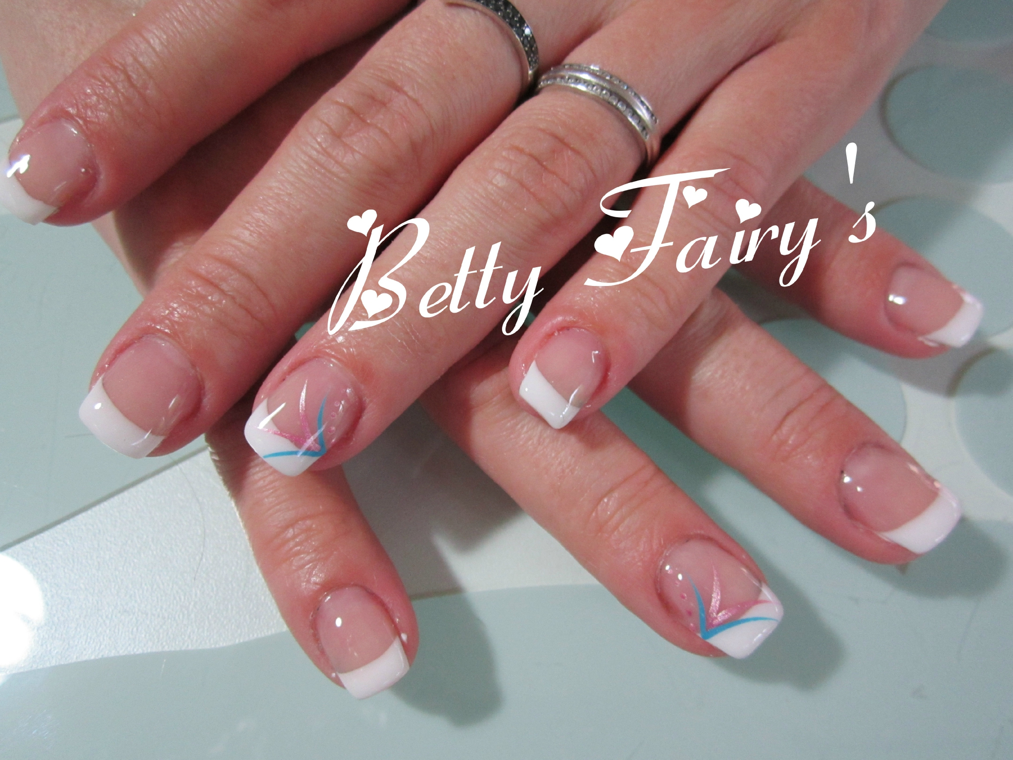 Deco ongle avec french blanche for Decoration ongle simple