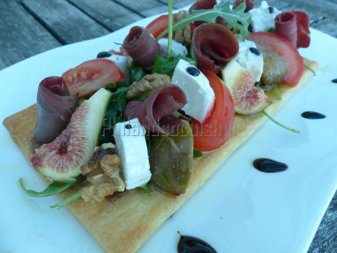 Tarte fine et sa salade de roquette aux magrets de canard, chèvre, figues et noix