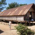 Une des nombreuses maison en longueur de ce village Mnong