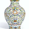 An extremely rare and finely enamelled famille-rose 'Phoenix' vase, seal mark and period of Qianlong (profil)