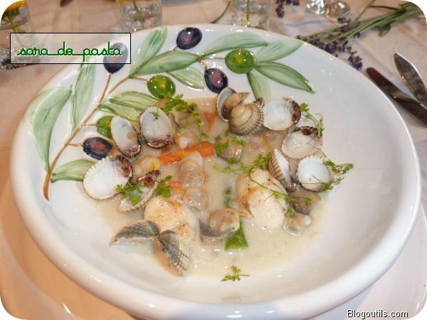 Nage de saint-jacques et coques aux petits légumes.