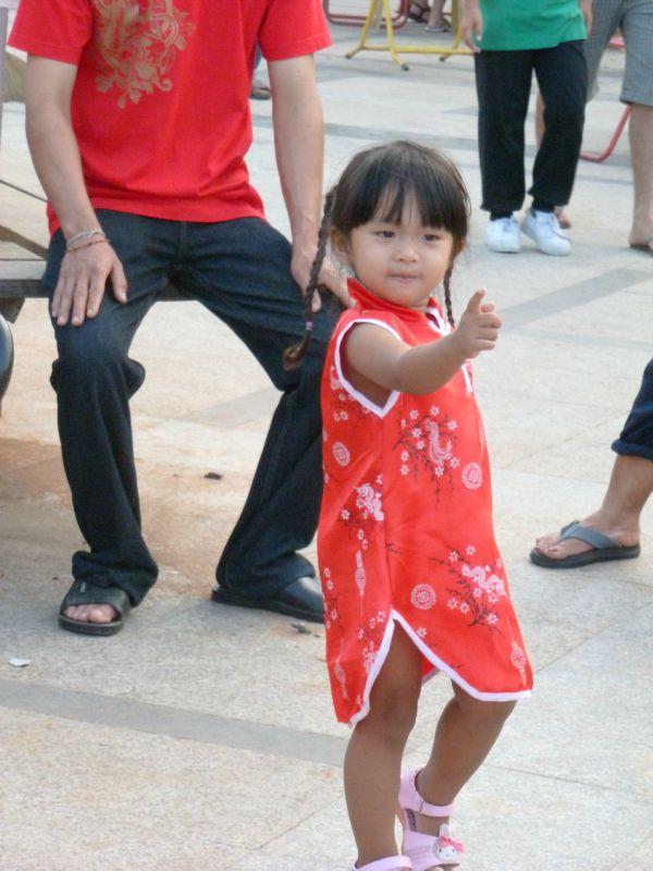 petite fille en robe chinoise