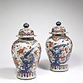 Paire de potiches couvertes en porcelaine décorée en bleu sous couverte, rouge de fer et émail or dit imari. epoque kangxi