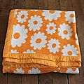 1 couverture orange à fleurs