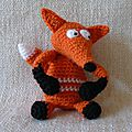 renard-au-crochet-assis costaud-petit