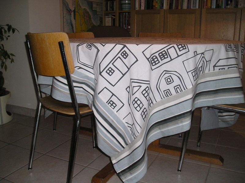 nappe carr e sur table ronde ikea 39 s fabric addict. Black Bedroom Furniture Sets. Home Design Ideas