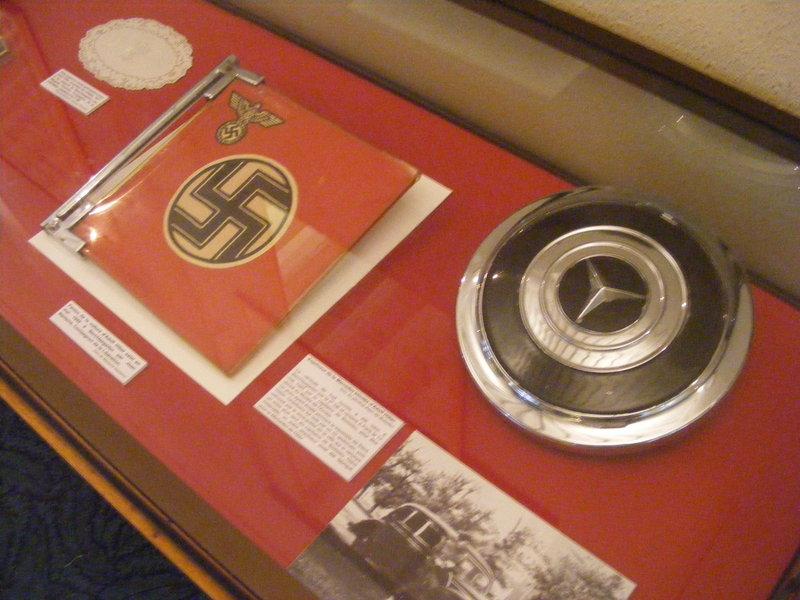 anciennes vitrines du musée de l'Ordre de la libération