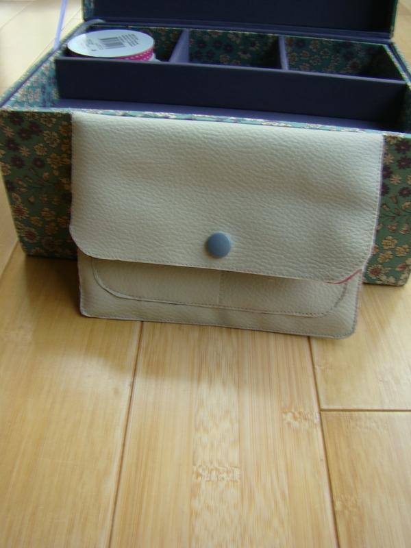 White wallet1