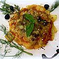 Rosace de pommes de terre, courgettes à la sauce tomate, thon émietté, olives noires et huile d'olive