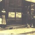 Cette photo ne fait pas partie de l'album de Pierre Deslannes. Elle représente l'imprimerie Barat avant 1914. L'imprimerie était 26 rue de la République à Ste-Foy. A gauche, Mme Barat née en 1890. Dans la porte, l'ouvrier. A côté de lui, la vieille Fanny.