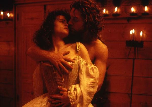 Victor Frankenstein (Kenneth Branagh) et Elisabeth (Helena Bonham Carter)