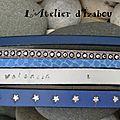 Parce qu'une maman voulait les prénoms de ses deux fils gravés sur un bracelet multirangs en cuirs bleu-gris, voici un bracelet