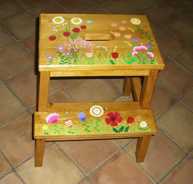 Tabouret marche pied les dessins de sophie motte - Un pou une puce assis sur un tabouret ...