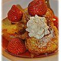 Brioche perdue, jus de fraises et petite chantilly vanillée
