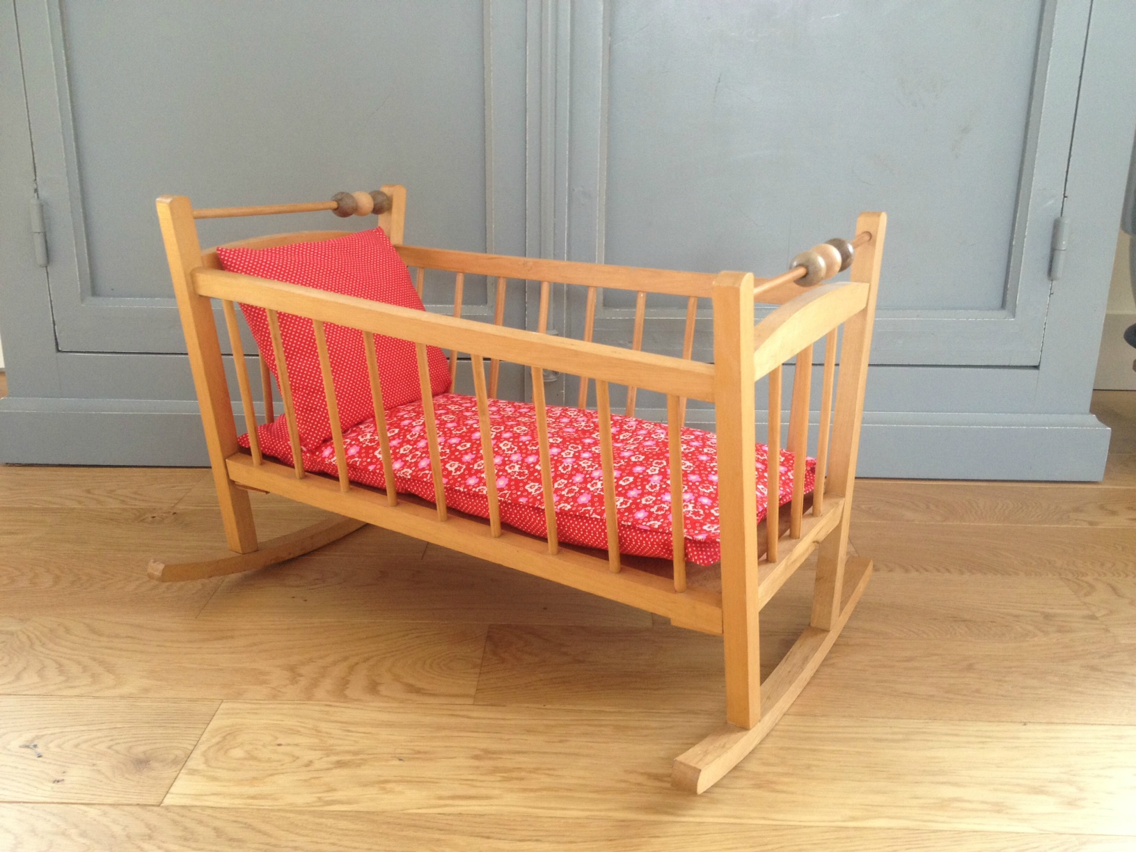 lit de poup e en bois bascule rouge pois la petite factory de julie. Black Bedroom Furniture Sets. Home Design Ideas