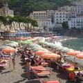 AMALFI La plage aux parasols colorés