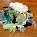 Un chapeau de paille garni avec une colombe
