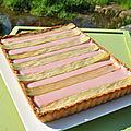 Tarte à la ganache aux fraises et rubans de rhubarbe caramélisés